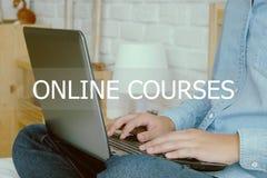 Équipez l'ordinateur portable de dactylographie de main et le mot en ligne de cours, conce d'apprentissage en ligne Photo libre de droits