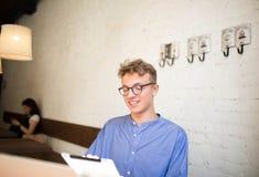 Équipez l'organisation de gouvernement utilisant le comprimé numérique, se reposant dans le café pendant la pause photo stock