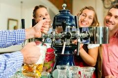 Équipez la bière de retrait de la prise dans le pub bavarois Images stock