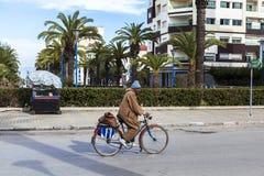 Équipez la bicyclette d'équitation sur la rue de Meknes, Maroc Images stock