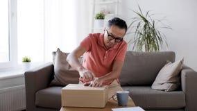 Équipez la boîte de colis d'ouverture avec le coupe-papier à la maison banque de vidéos