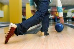 Équipez la boule de jet à la ruelle de bowling, image cultivée image stock