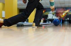 Équipez la boule de jet à la ruelle de bowling, image cultivée image libre de droits