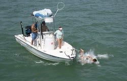 Équipez la chute l'arc d'un petit bateau de pêche Image libre de droits