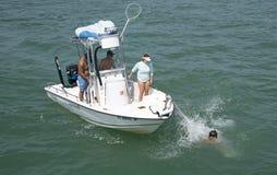 Équipez la chute l'arc d'un petit bateau de pêche Images stock