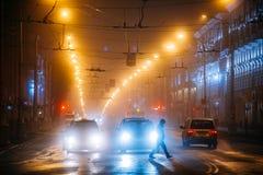 Équipez la croix l'avenue de Lénine la nuit dans Gomel Image libre de droits