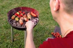 Équipez la cuisson au gril avec le divers barbecue délicieux extérieur, foyer sélectif Photo libre de droits