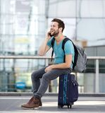 Équipez la détente à l'aéroport et parler au téléphone portable Photos stock