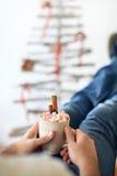 Équipez la détente avec la tasse de chocolat chaud et de guimauves Photos stock