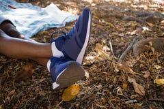 Équipez la détente sur une couverture de pique-nique avec des jambes croisées Images libres de droits