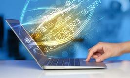 Équipez la dactylographie sur le carnet moderne avec venir de données de technologie de nombre Images stock