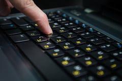 Équipez la dactylographie sur un clavier avec des lettres dans hébreu et anglais Photos stock