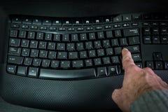 Équipez la dactylographie sur un clavier avec des lettres dans hébreu et anglais Image stock