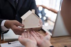 équipez la demande concernant le prêt hypothécaire avec l'employé de banque signin de client photos libres de droits