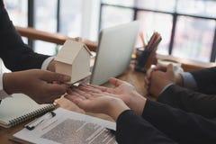 équipez la demande concernant le prêt hypothécaire avec l'employé de banque signin de client image stock