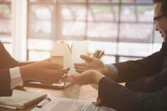 équipez la demande concernant le prêt hypothécaire avec l'employé de banque signin de client photographie stock libre de droits