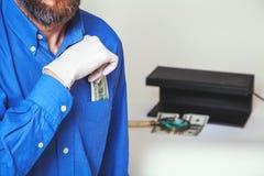 Équipez la dissimulation dans la poche sur le billet d'un dollar de chemise Photographie stock libre de droits