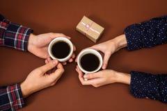 Équipez la femme tenant la boîte d'histoire d'amour de vintage de fond de brun de Saint Valentin de cadeau de mains de café de ta Image stock