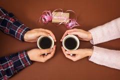 Équipez la femme tenant la boîte d'histoire d'amour de vintage de fond de brun de Saint Valentin de cadeau de mains de café de ta Image libre de droits