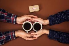 Équipez la femme tenant la boîte d'histoire d'amour de vintage de fond de brun de Saint Valentin de cadeau de mains de café de ta Images stock