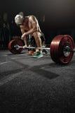Équipez la formation croisée d'homme fort - séance d'entraînement lourde de deadlift Images libres de droits