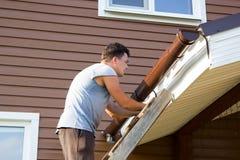 Équipez la gouttière d'attachés sur le toit du porche Image stock