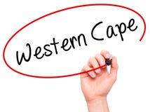 Équipez la main écrivant le Cap-Occidental avec le marqueur noir sur l'écran visuel Images libres de droits