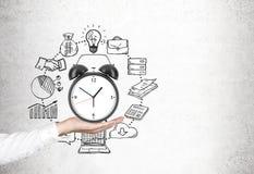 Équipez la main de s tenant l'horloge, gestion du temps images stock