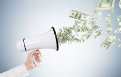 Équipez la main de s tenant le mégaphone, billets d'un dollar Photo libre de droits