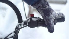 Équipez la main du ` s poussant le levier sur un motoneige clips vidéos