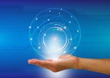 Équipez la main du ` s tenant le monde numérique avec le fond de communication image libre de droits