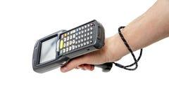 Équipez la main du ` s tenant un scanner de code barres image libre de droits