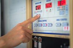Équipez la main les contrôles d'une machine moderne photos stock