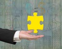 Équipez la main montrant à un or 3D le morceau de puzzle denteux Image stock