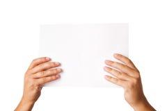 Équipez la main tenant le carton publicitaire vierge sur le blanc Images libres de droits