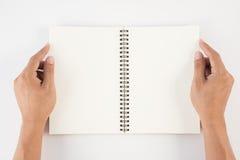 Équipez la main tenant le livre vide sur le fond blanc pour le texte et le Ba Photos stock