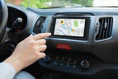 Équipez la main touchant pour examiner le système de multimédia avec l'application images stock