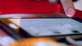 Équipez la main utilisant le téléphone intelligent au café clips vidéos