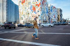 Équipez la marche à travers l'intersection avec les bâtiments modernes à Portland, Orégon Décembre 2017 Photos libres de droits