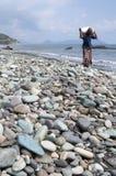 Équipez la marche aux cailloux bleus à la plage Flores Indonésie de Pengajawa image libre de droits