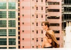 Équipez la marche avec une veste sur un dessus de toit Photos libres de droits