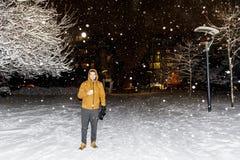 Équipez la marche en parc d'hiver par nuit Photographie stock