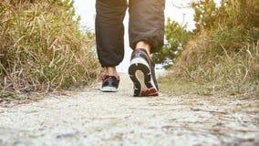Équipez la marche sur l'exercice pulsant extérieur de voie de traînée image stock