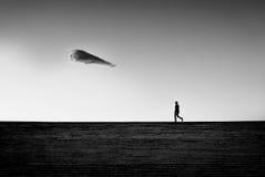 Équipez la marche sur un escalier avec le nuage solitaire Photo libre de droits