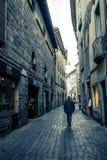 Équipez la marche sur une rue de la vieille ville de Bergame, Italie photographie stock libre de droits