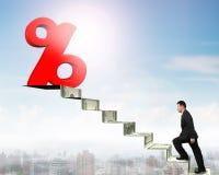 Équipez la marche vers le signe de pourcentage sur des escaliers d'argent Photographie stock libre de droits