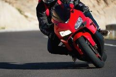 Équipez la moto d'équitation dans la courbe de route goudronnée avec rural photographie stock libre de droits