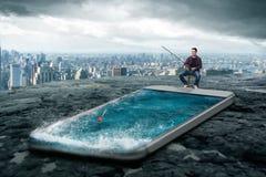Équipez la pêche dans l'écran de smartphone avec de l'eau Image libre de droits