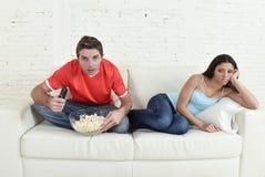 Équipez la partie de football de observation de sport de TV avec l'homme excité et concentré en ignorant l'épouse Photos stock
