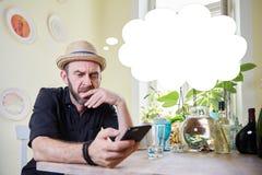 Équipez la pensée avec une bulle de pensée au-dessus de sa tête Photo libre de droits